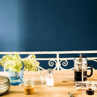 trend 2015 mörkblå vägg frukostbord kaffe