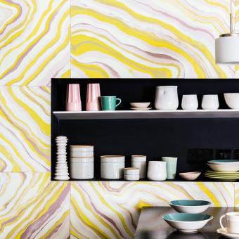 marmorerad målad vägg gul hyllor porslin