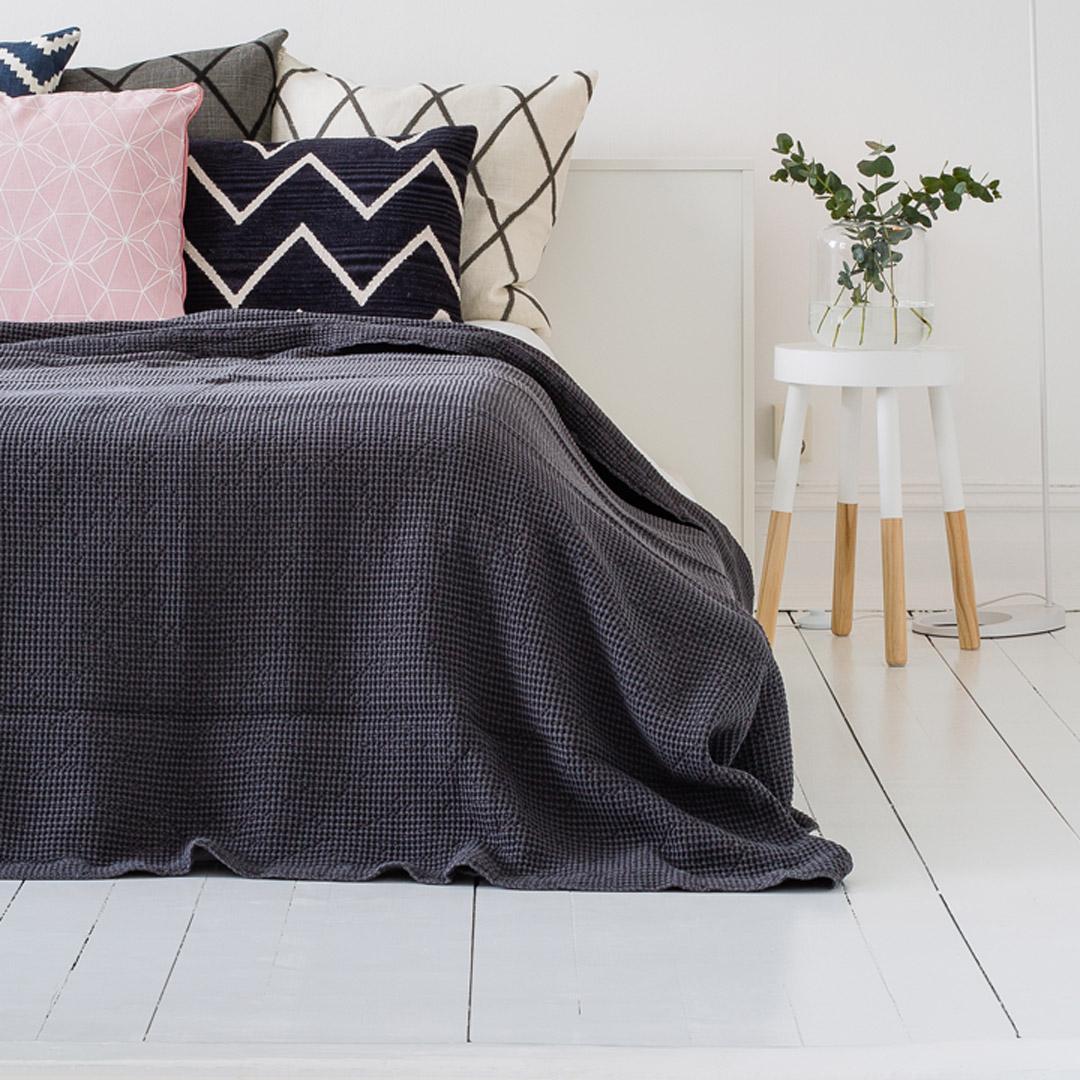 Et lyst soverom med nymalt gulv