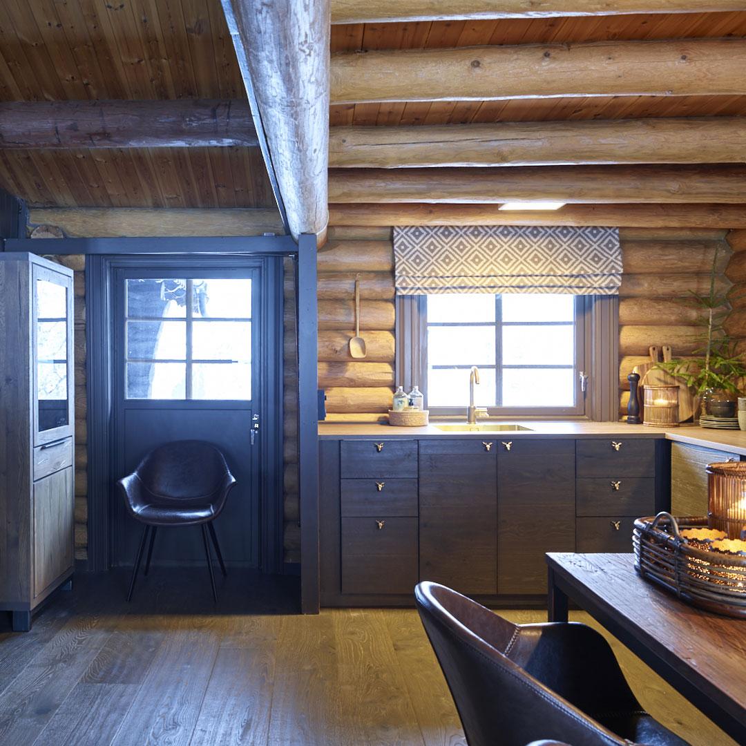 Kjøkken med dør ut av en tradisjonell hytte