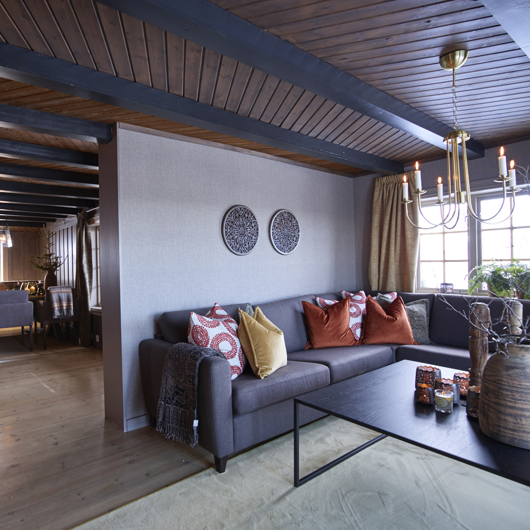 Sofa i stuen med malt lys vegg