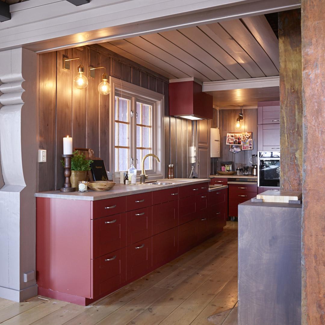 Nyoppusset kjøkken på hytte malt i rødt