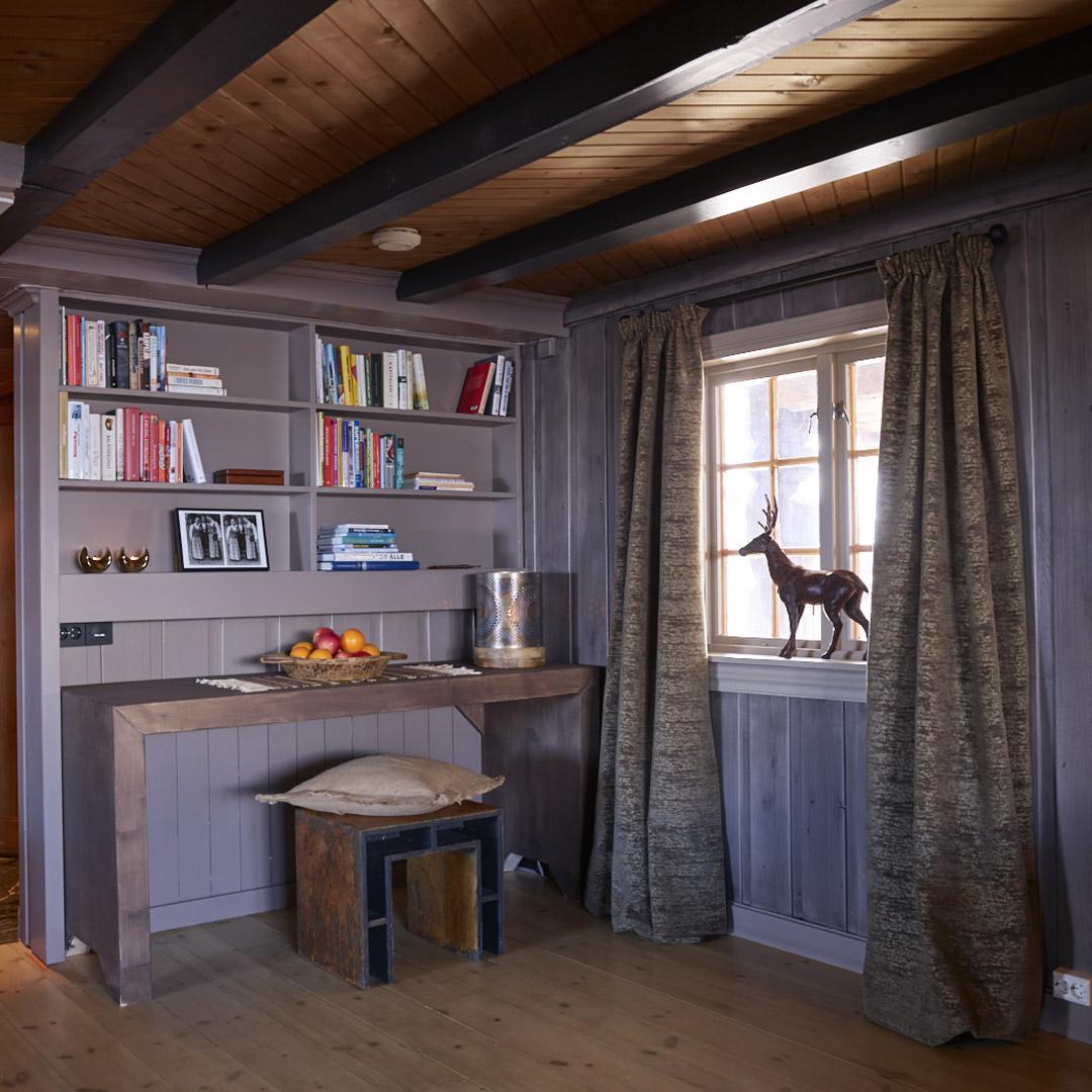 Skrivebord med bokhylle på veggen