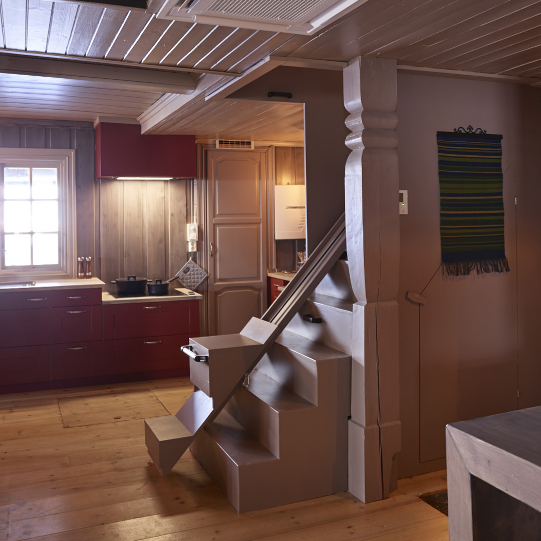 Nymalt trapp opp til 2. etasje på hytten