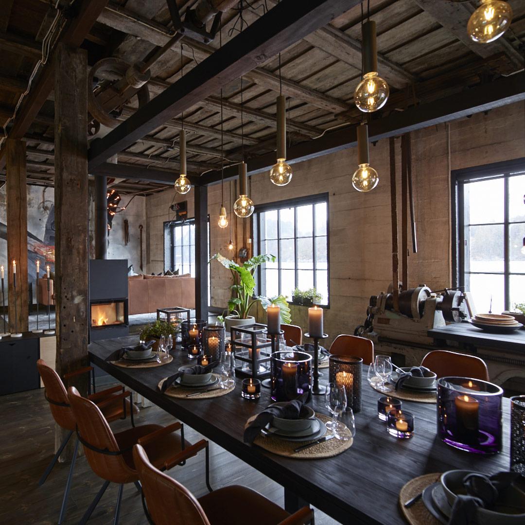 Dekket langbord i industribygg med taklamper