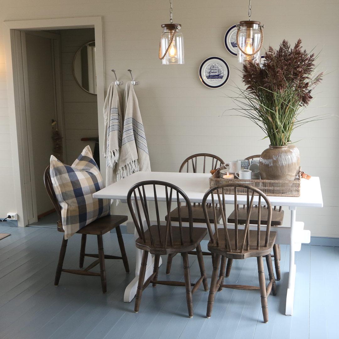 Spiseplass i hytte med malt gulv i klassisk mørkblå