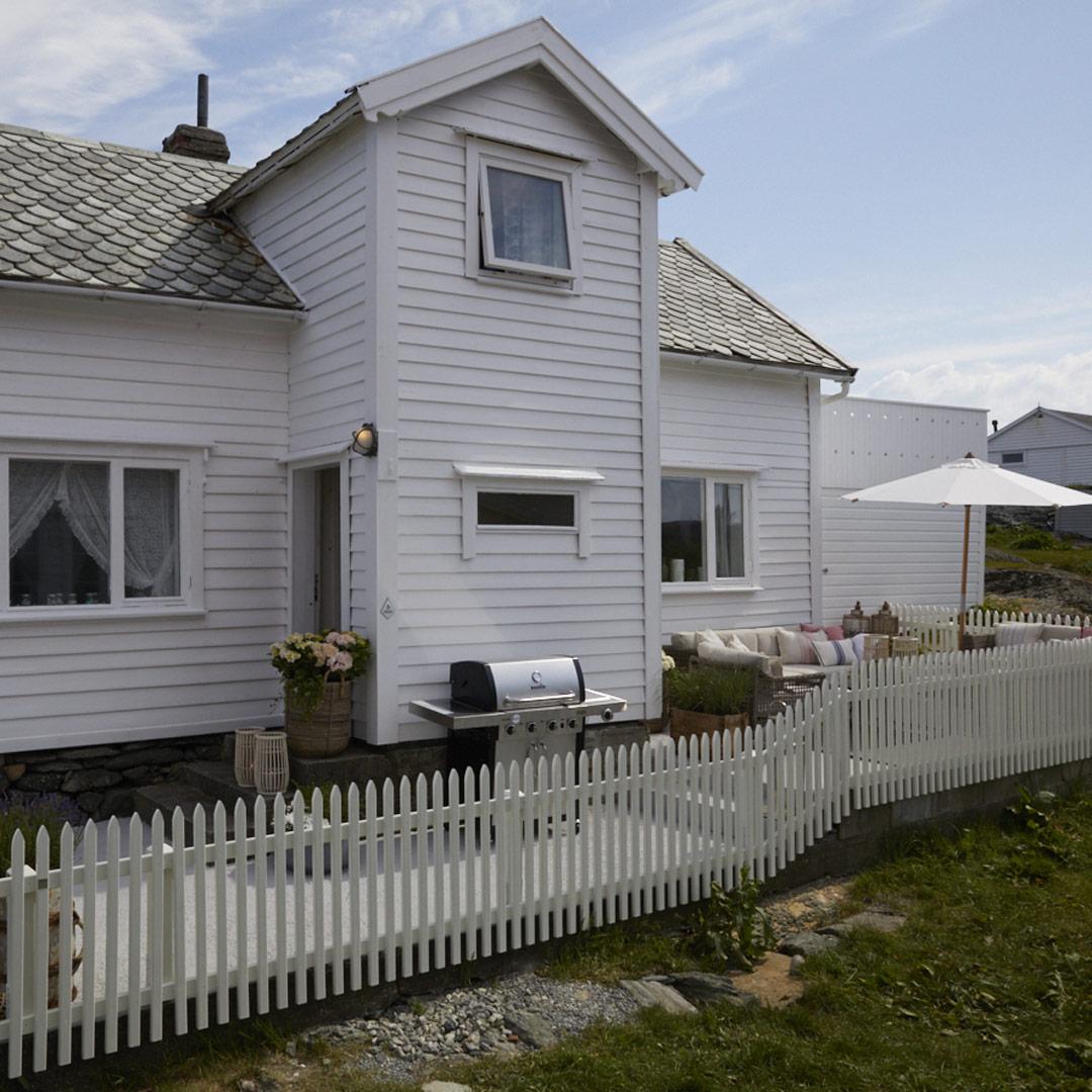 Hvitmalt hytte fra utsiden