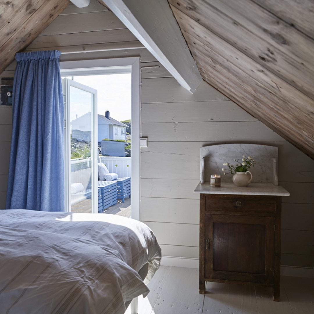Lyst soverom med utgang til takterrasse