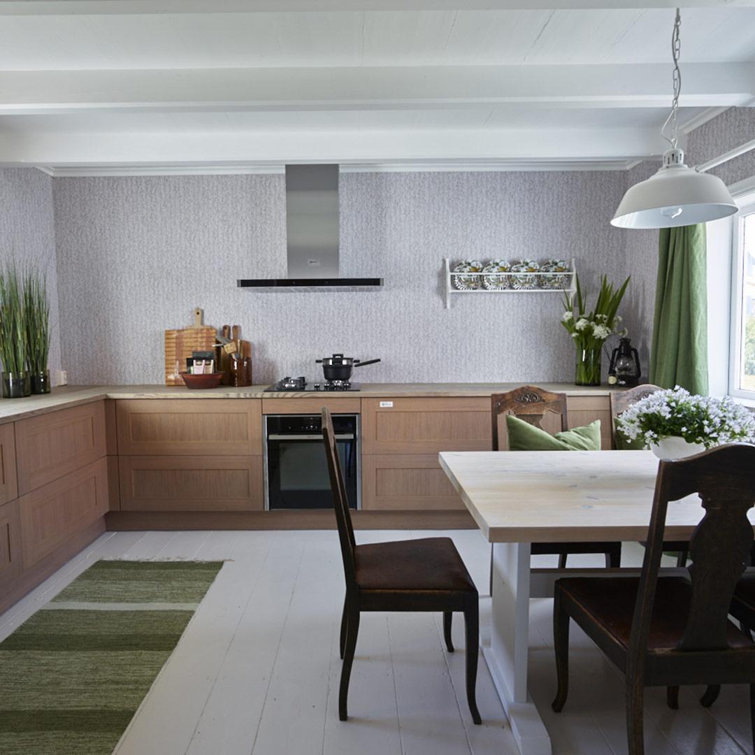 Nyoppusset kjøkken med grå tapet på veggen