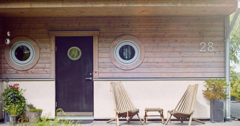 inngangspartiet på et hus med to stoler foran