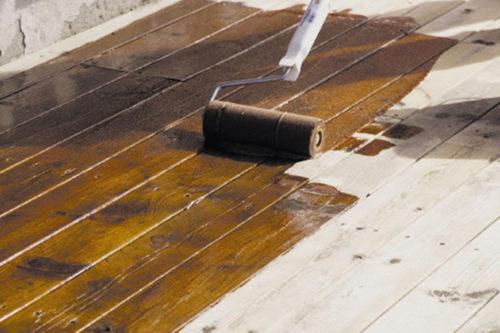 nærbilde av en terrasse som blir beiset