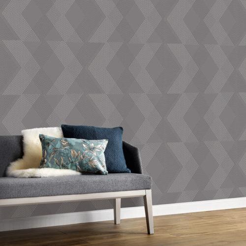 Liten divan foran vegg med grå tapet med stripete mønster